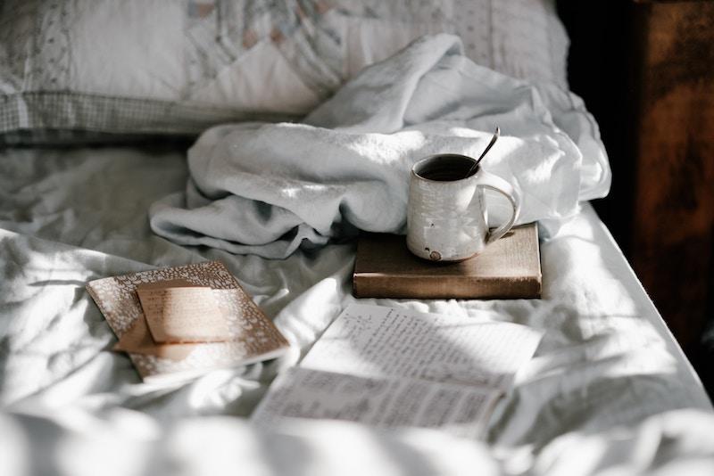 Escribe: momento de escritura sobre la cama con rayos de sol
