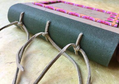 Álbum de fotos mini VERDE cosido con nervios de antelina verde.